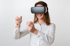 Gioco di controllo della donna mentre indossando spettatore 3D Fotografia Stock Libera da Diritti