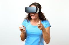 Gioco di controllo della donna mentre indossando spettatore 3D Immagini Stock Libere da Diritti