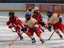 Gioco di hockey del ` dei bambini fra due gruppi Fotografia Stock