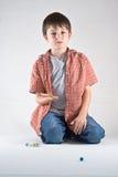 Gioco di marmo del ragazzo Fotografie Stock Libere da Diritti