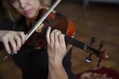 Gioco di musica classica del violinista del giocatore del violino Strumenti musicali dell'orchestra fotografia stock libera da diritti