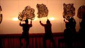 Gioco di ombra dei burattini di Nang Yai a Wat Khanon National Museum, Ratcha Buri Tailandia video d archivio