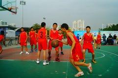 Gioco di pallacanestro della scuola secondaria Immagini Stock