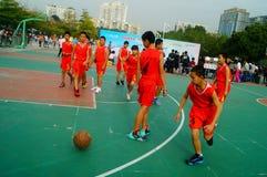 Gioco di pallacanestro della scuola secondaria Immagine Stock