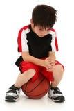 Gioco di pallacanestro perso del ragazzo triste Fotografia Stock Libera da Diritti