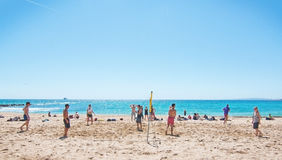 Gioco di pallavolo su una spiaggia Fotografia Stock Libera da Diritti