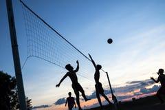 Gioco di pallavolo sulla spiaggia Fotografie Stock Libere da Diritti