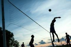 Gioco di pallavolo sulla spiaggia Immagine Stock Libera da Diritti