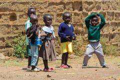 Gioco di piccoli bambini africano su una via Fotografia Stock