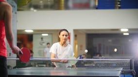 Gioco di ping-pong Giovane donna che gioca ping-pong con un'altra donna stock footage