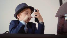 Gioco di ruolo di Browse Mobile Phone dell'uomo d'affari del bambino video d archivio