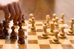 Gioco di scacchi con il giocatore fotografia stock libera da diritti