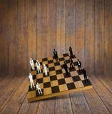 Gioco di scacchi con le siluette della gente di affari Immagini Stock