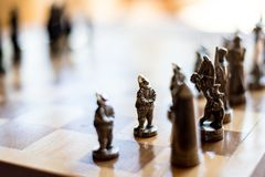 Gioco di scacchi d'argento con i caratteri della conquista immagine stock libera da diritti
