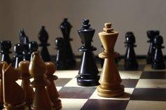 Gioco di scacchi di strategia, la lotta di re a bordo fotografie stock