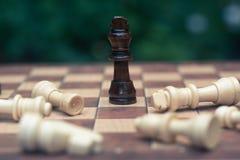 Gioco di scacchi Un supporto di re come ultimo vincitore in un gioco Affare competitivo e concetto di strategia immagine stock