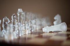 Gioco di scacchiera fatto di vetro, concetto competitivo di affari fotografia stock