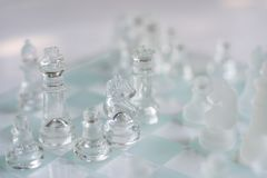 Gioco di scacchiera fatto di vetro, concetto competitivo di affari immagini stock