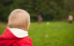 Gioco di sfera di sorveglianza del bambino Fotografia Stock Libera da Diritti