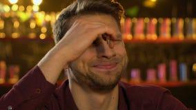 Gioco di sorveglianza di sport del fan maschio caucasico emozionale in pub, frustrato circa la sconfitta stock footage