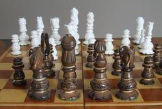 Gioco di strategia in progresso sulla scheda di scacchi Fotografia Stock