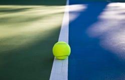 Gioco di tennis Pallina da tennis sul campo da tennis immagini stock