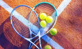 Gioco di tennis Palline da tennis e racchette sopra Fotografia Stock