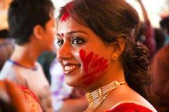 Gioco di Vermilion (khela di Sindur) durante il puja di durga Fotografia Stock