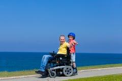 Gioco disabile del padre con suo figlio Immagini Stock