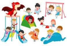Gioco esterno, bambino dei bambini che gioca al campo da giuoco, bambini felici che giocano l'illustrazione di vettore del parco royalty illustrazione gratis