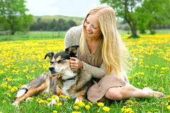 Gioco esterno della ragazza felice con il pastore tedesco Dog Fotografia Stock Libera da Diritti