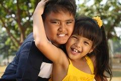 Gioco felice dei bambini esterno Fotografia Stock Libera da Diritti
