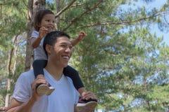 Gioco felice del bambino e del padre all'aperto in natura fotografia stock