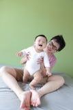 Gioco felice del giovane padre con il suo bambino Fotografia Stock Libera da Diritti