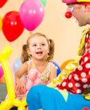 Gioco felice del pagliaccio e del bambino sulla festa di compleanno Fotografie Stock Libere da Diritti
