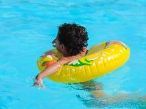 Gioco felice del ragazzo alla piscina Fotografie Stock