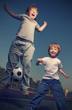 Gioco felice del ragazzo due nel calcio Immagine Stock