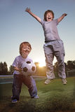 Gioco felice del ragazzo nel calcio Immagine Stock