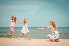 gioco felice della famiglia della spiaggia fotografia stock libera da diritti
