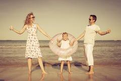 gioco felice della famiglia della spiaggia Fotografia Stock