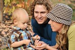 Gioco felice della famiglia esterno immagini stock libere da diritti