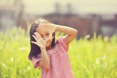 Gioco felice della ragazza all'aperto Fotografie Stock Libere da Diritti