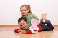 Gioco felice della sorella e del fratello Fotografia Stock
