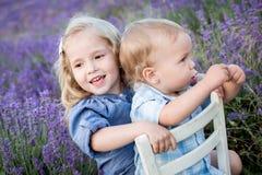 Gioco felice della sorella e del fratello piccolo Fotografia Stock Libera da Diritti