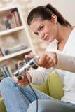 gioco femminile che gioca il video dell'adolescente degli allievi Immagini Stock
