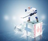 Gioco finale Finlandia contro il Canada. Giocatore di hockey sul cubetto di ghiaccio fotografia stock