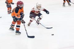 Gioco fra i gruppi di hockey su ghiaccio dei bambini Immagini Stock Libere da Diritti