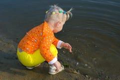 Gioco grazioso della bambina con acqua. Fotografie Stock Libere da Diritti