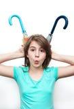 Gioco grazioso della ragazza del brunette con gli ombrelli Immagine Stock