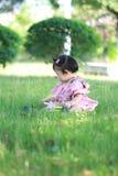 Gioco innocente della neonata una palla sul prato inglese Immagine Stock Libera da Diritti